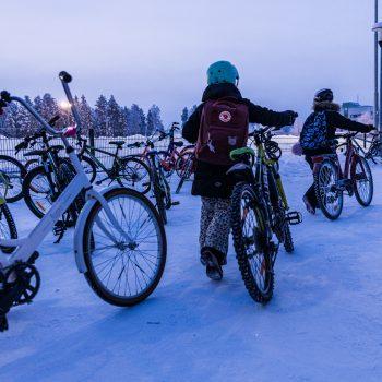 Koululaiset polkevat ahkerasti kouluun talvella Oulussa.