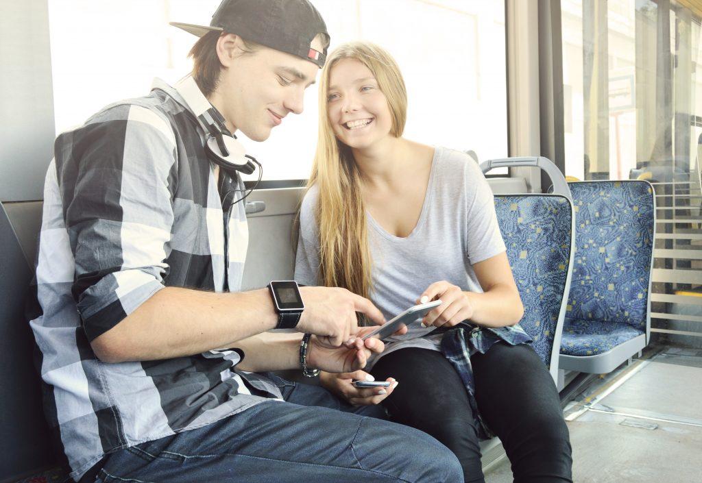 Nuoret istuvat raitiovaunussa.