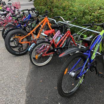 Kuva Tupurin koulun pyöräpysäköinnistä